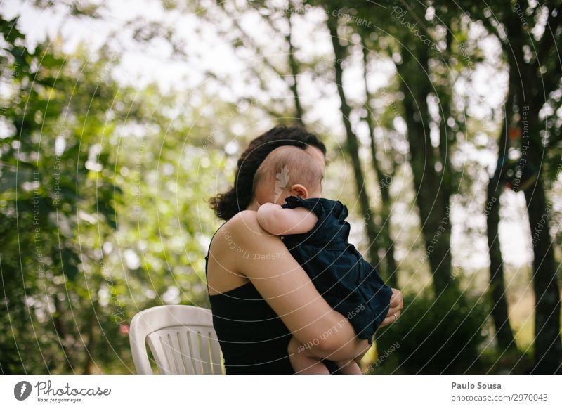 Mutter im Besitz der Tochter Lifestyle Mensch feminin Kind Baby Kleinkind Mädchen Erwachsene 2 0-12 Monate 18-30 Jahre Jugendliche genießen Liebe Umarmen
