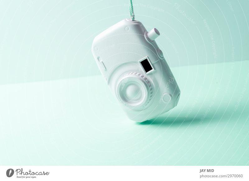Weiße Kamera. Surrealismus abstraktes Konzept. Soft Hintergrund Stil Design Freude Ferien & Urlaub & Reisen Sommer Fotokamera Technik & Technologie Kunst hell