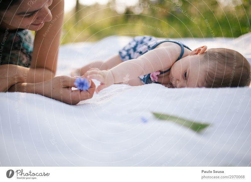 Mutter und Tochter Lifestyle Mensch feminin Kind Baby Kleinkind Mädchen Erwachsene 2 0-12 Monate 18-30 Jahre Jugendliche Natur Sommer berühren entdecken Liebe