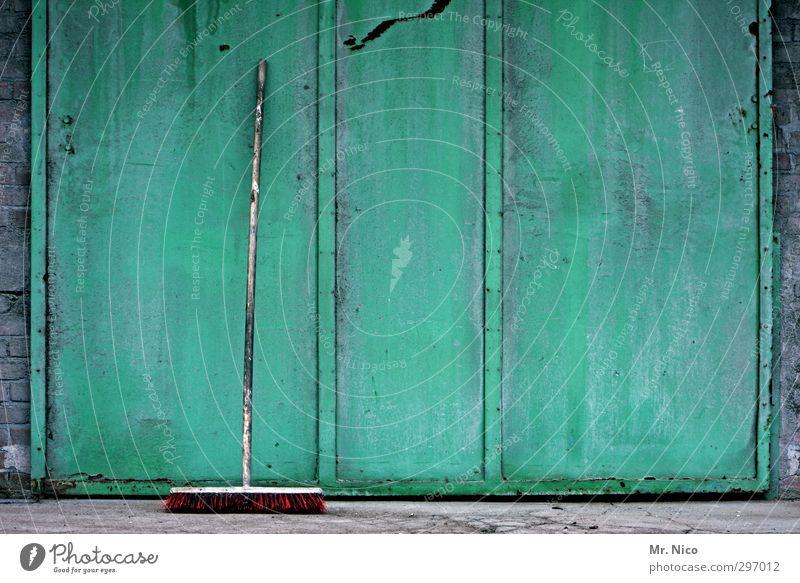 kehrseite Renovieren Industrieanlage Tor Bauwerk Gebäude Mauer Wand Fassade Tür alt Schiebetor Besen Besenstiel Sauberkeit Kehren Frühjahrsputz dreckig