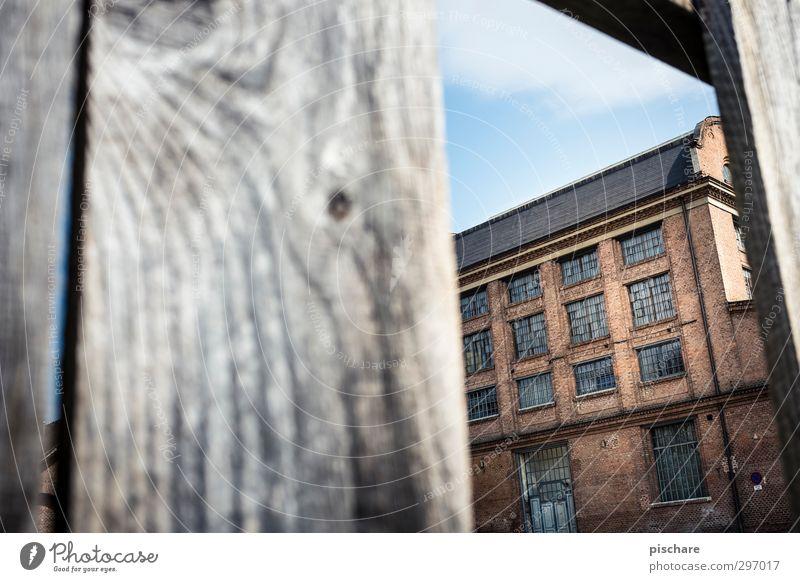 Seifenfabrik Bauwerk Architektur Fassade alt dunkel Endzeitstimmung Zaunlücke Backstein Fabrik Ruine Farbfoto Außenaufnahme Textfreiraum links Tag