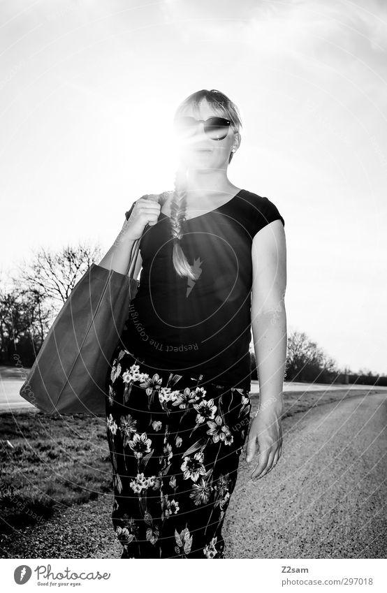 natural catwalk Lifestyle elegant Stil feminin Junge Frau Jugendliche 1 Mensch 18-30 Jahre Erwachsene Landschaft Sonne Sommer Schönes Wetter T-Shirt Hose Tasche