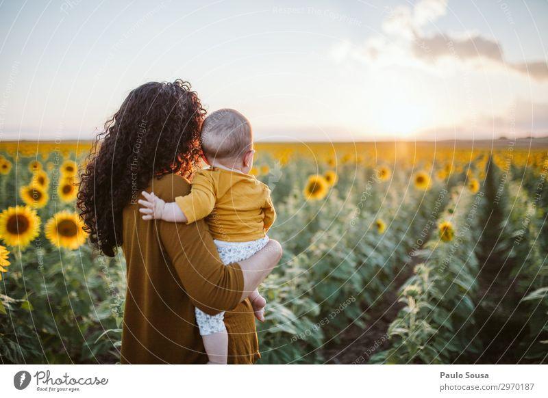 Mutter und Tochter im Sonnenblumenfeld Lifestyle Mensch feminin Kind Baby Kleinkind Mädchen Erwachsene 3 0-12 Monate 18-30 Jahre Jugendliche Umwelt Landschaft