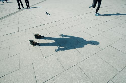 ein schatten seiner selbst Mensch maskulin Körper 1 stehen Platz Jogger Fußgänger anonym Bürgersteig Schuhe ausdruckslos Farbfoto Außenaufnahme Licht Schatten