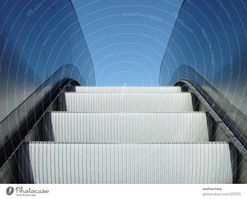 rolltreppe Rolltreppe glänzend Reflexion & Spiegelung Architektur Metall blau Himmel U-Bahn
