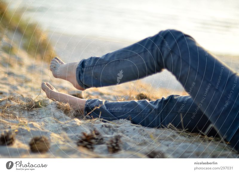 Bin dann mal weg.. Frau Ferien & Urlaub & Reisen schön Sonne Meer Freude ruhig Strand Erholung Wärme feminin Sand Beine Fuß liegen Insel