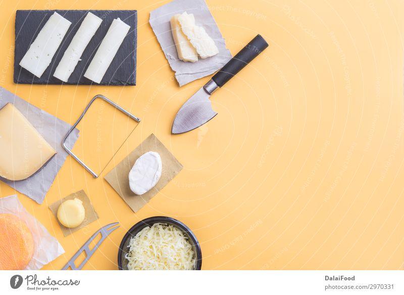 Sortiment an Qualitätskäse im Hintergrund Käse Tisch Menschengruppe Holz außergewöhnlich dunkel lecker blau gelb schwarz weiß Amuse-Gueule Holzplatte Brie