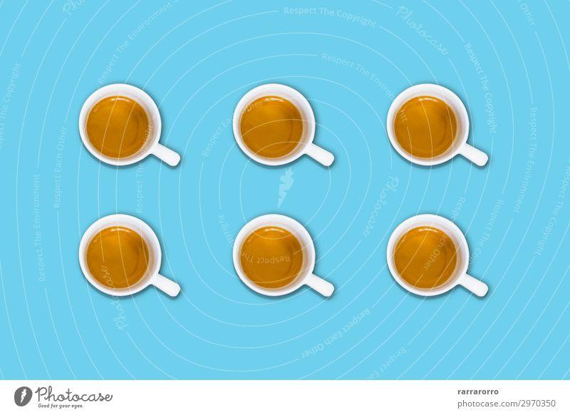 Gruppe von Kaffeetassen auf einem hellblauen Pastelltisch Frühstück Getränk Espresso Lifestyle Design Sommer Tisch Menschengruppe Fluggerät Mode frisch heiß