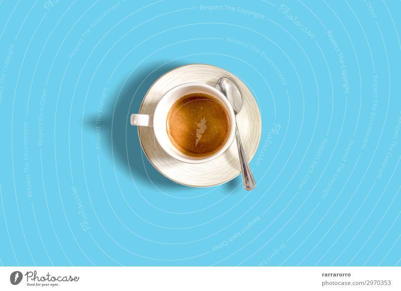 minimalistische Draufsicht einer Kaffeetasse auf einem hellblauen Pastelltisch Frühstück Getränk Espresso Lifestyle Design schön Sommer Tisch Fluggerät Mode