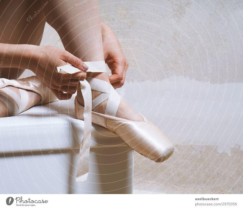 Ballettschuhe binden Lifestyle Freizeit & Hobby Raum Sport Fitness Sport-Training Tanzen Mensch feminin Mädchen Junge Frau Jugendliche Erwachsene Beine Fuß 1