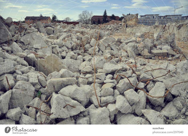 nach der bombe Kleinstadt Stadt Haus Ruine Stein Beton Metall kaputt chaotisch Desaster Endzeitstimmung Krieg Verfall Zerstörung Geröll zertrümmert