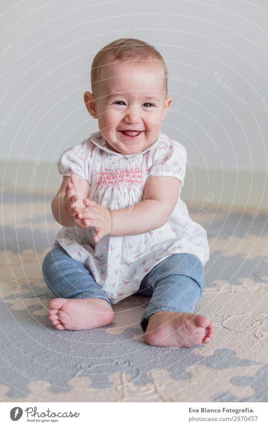 Porträt eines schönen kleinen Mädchens zu Hause. Familienkonzept Indoor Lifestyle Freude Glück Gesicht Kind Mensch Baby Eltern Erwachsene Mutter Vater