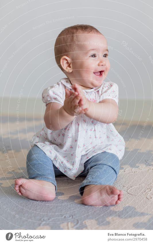 Porträt eines schönen kleinen Mädchens zu Hause. Familienkonzept Indoor Lifestyle Freude Glück Gesicht Wohnung Wohnzimmer Kinderzimmer Mensch feminin Baby
