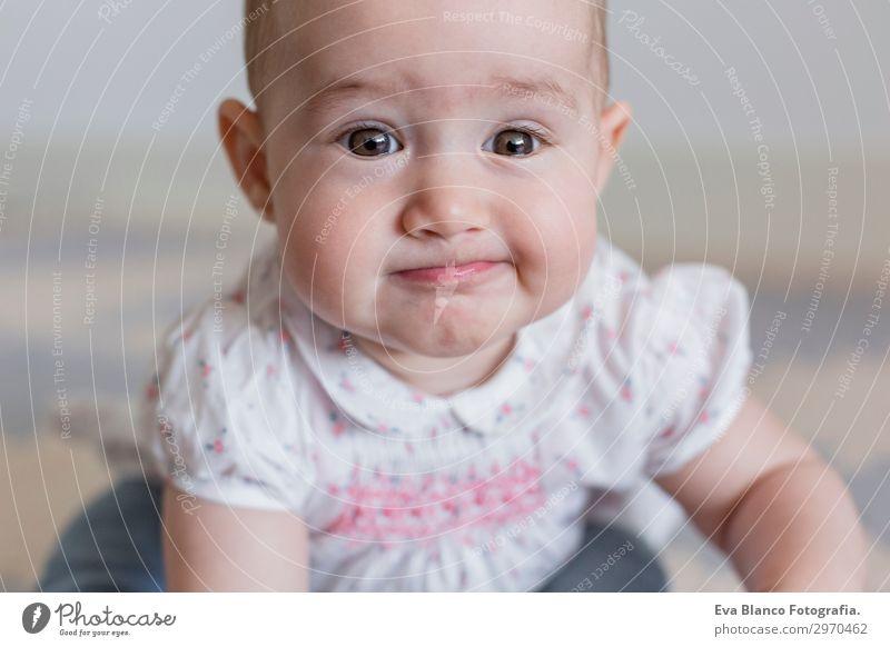 Porträt eines schönen kleinen Mädchens zu Hause. Familienkonzept Indoor Lifestyle Freude Glück Gesicht Kind Mensch feminin Baby Eltern Erwachsene Mutter Vater