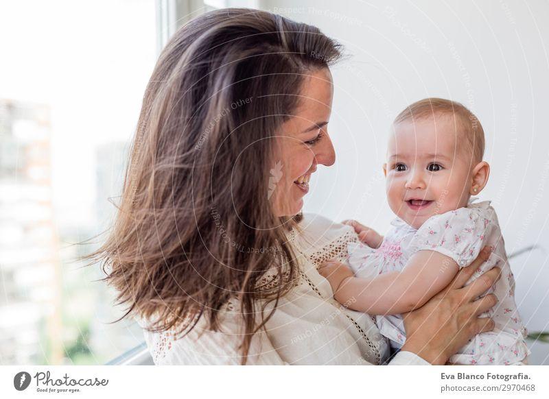 Porträt eines schönen Mädchens und ihrer Mutter zu Hause Lifestyle Freude Glück Spielen Wohnung Raum Wohnzimmer Kinderzimmer Schlafzimmer maskulin Baby