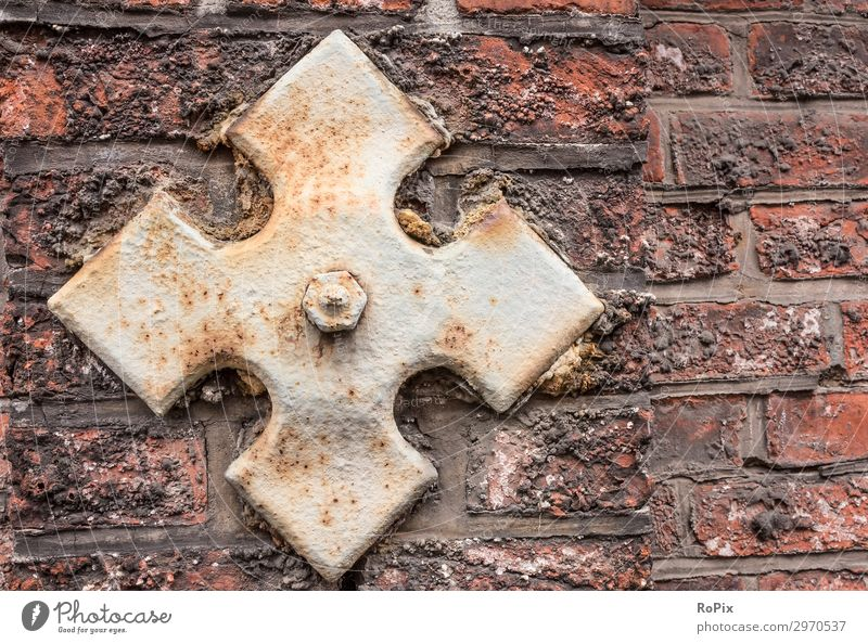 Detail einer historischen Mauer. Maueranker Wand wall brick Sandstein Architektur Haus Hauswand Stadt urban städtisch Kunst Friedhof Mauerwerk stone art Abdruck