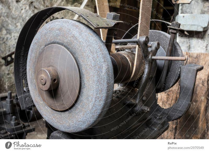 Historischer Schleifstein in der Werkzeugmacherei eines Schmiedes. Arbeit & Erwerbstätigkeit Beruf Arbeitsplatz Baustelle Fabrik Wirtschaft Industrie Handel