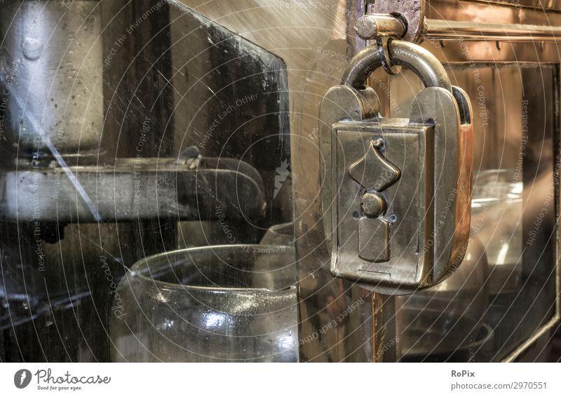 Vorhängeschloss an einem Spirituosentresor in einer schottischen Destillerie. Getränk Alkohol Lifestyle Stil Design Gesundheit Wellness Freizeit & Hobby