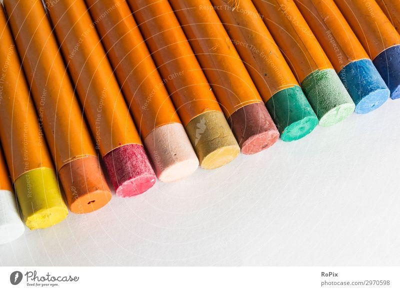 Reihe mit Wachsmalstiften auf einem leeren Papier. Buntstifte Farben Farbstift Kunst männer Kunstunterricht Schulunterricht Schule Kindheit Kreativität malen