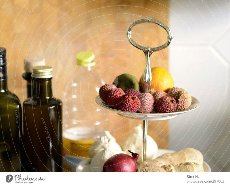 KüchenStill mit Lychees Lebensmittel Frucht Ernährung Olivenöl Geschirr authentisch frisch hell lecker Zwiebeln Zitrone Ingwer Knoblauch Flasche Holzbrett