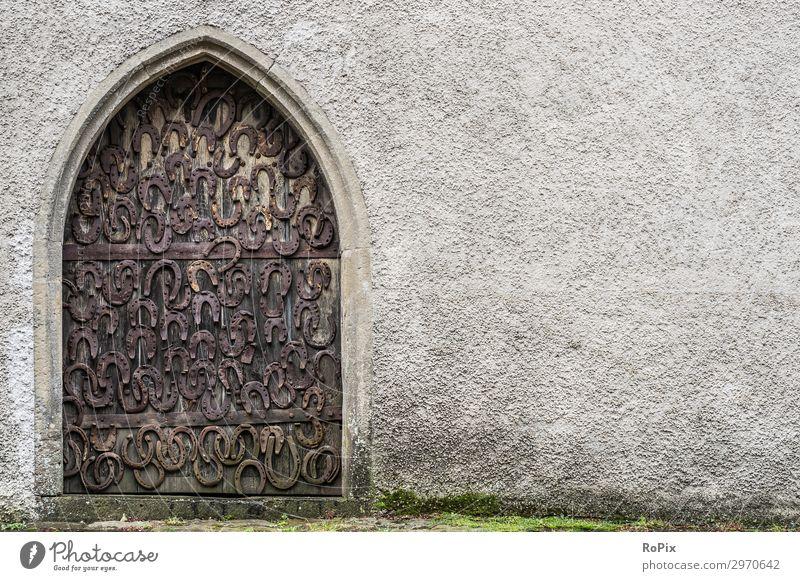 Mit Hufeisen geschmückte Tür an einer alten Kirche. Türschloss Türklinke türbeschlag door Gebäude Haus Holz Eichenholz Eisen antik Geschichte schmiedeeisern