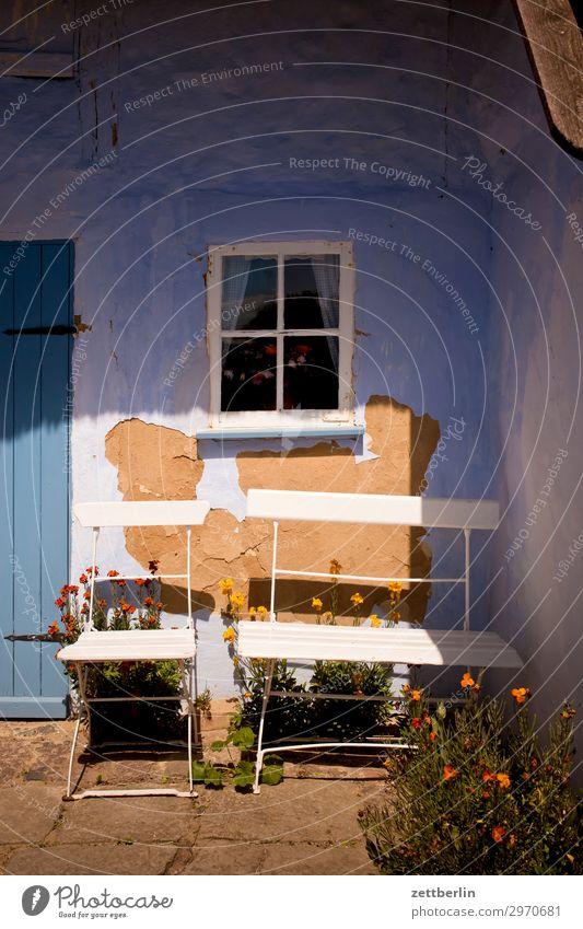 Zwei Sitzplätze Ferien & Urlaub & Reisen Insel Mecklenburg-Vorpommern mönchgut Ostsee Ostseeinsel Reisefotografie Rügen Tourismus Haus Eingang Stuhl Klappstuhl