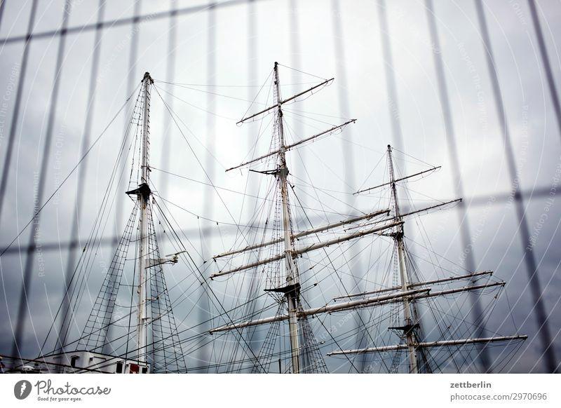 Gorch Fock in Stralsund Wasserfahrzeug Segelboot Segelschiff Mast Rah Museum Zaun Himmel Himmel (Jenseits) Menschenleer Textfreiraum alt antik Hafen Hanse