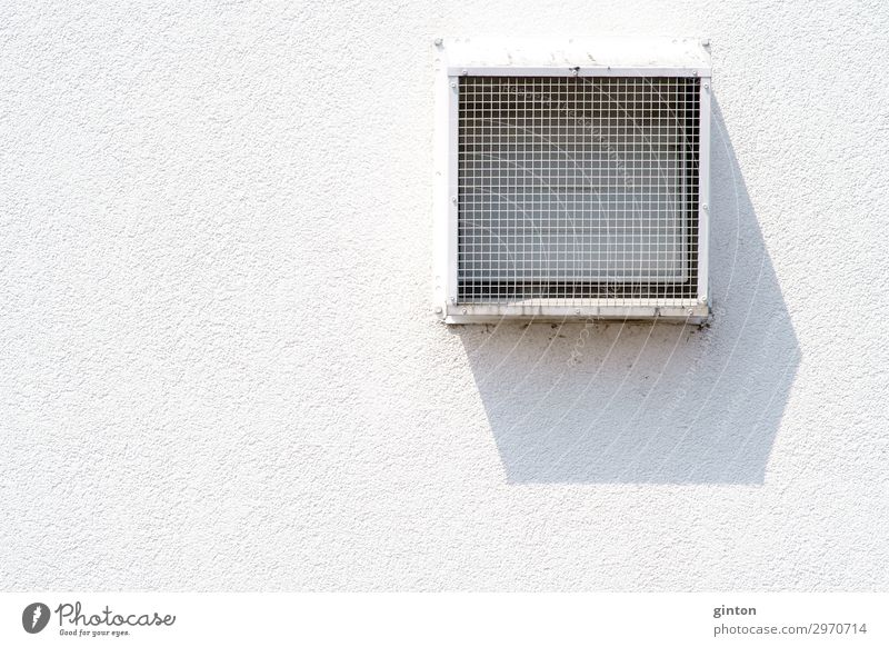 Lüftungsgitter wirft Schatten Haus Architektur Fassade eckig einfach weiß Symmetrie Fassadendetail Quadrat Gitter Putz Putzfassade modern minimalistisch