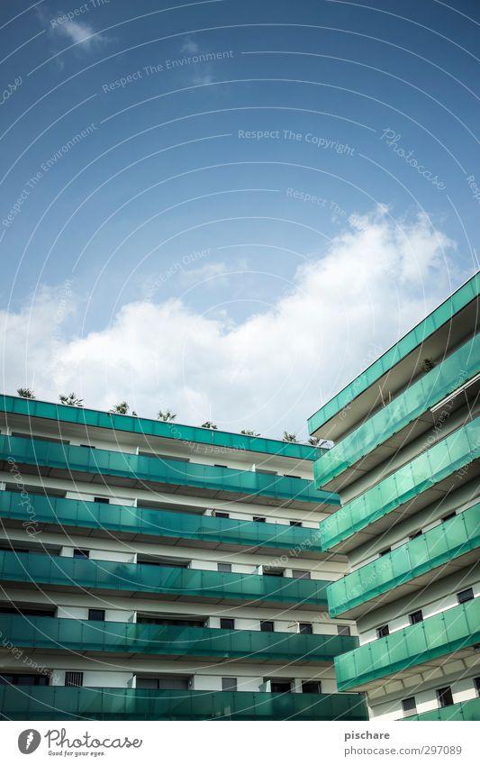 Schöner wohnen IV Stadt Haus Hochhaus Bauwerk Architektur Fassade Balkon blau grün Wohnhochhaus Farbfoto Außenaufnahme Textfreiraum oben Tag