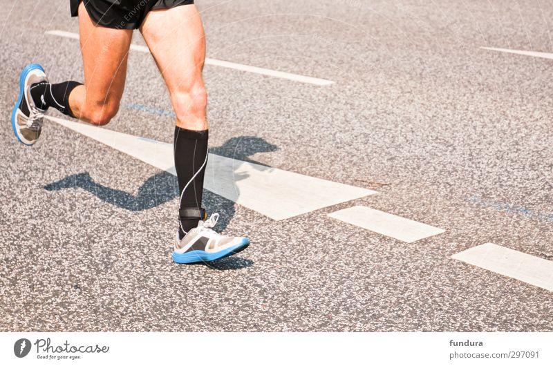 Marathonläufer auf Asphalt. Mensch Mann Jugendliche Erwachsene Leben Sport 18-30 Jahre grau Beine Gesundheit maskulin Zufriedenheit Geschwindigkeit Fitness Ziel dünn
