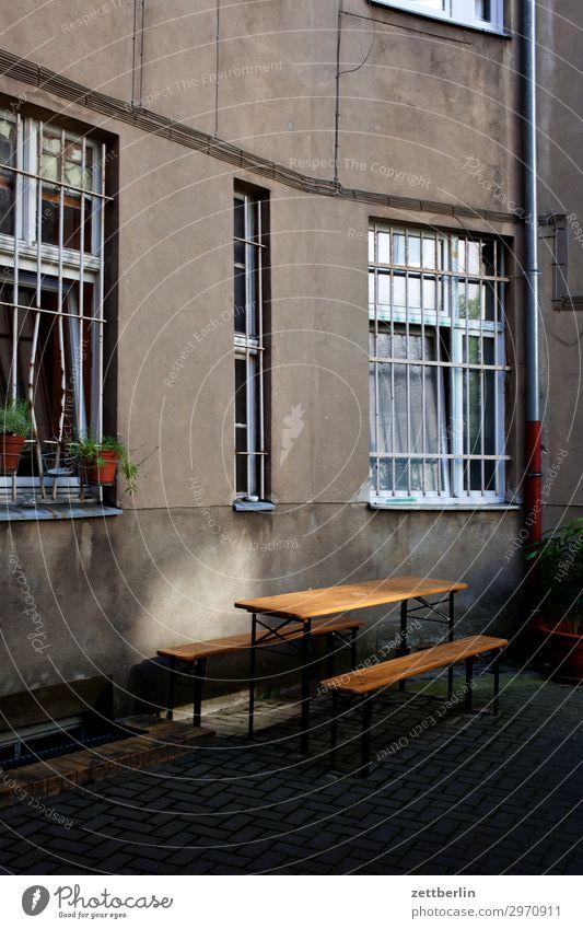 Hinterhofparty Altbau Brandmauer Fassade Fenster Haus hinten Hof Innenhof Stadtzentrum Mauer Mehrfamilienhaus Menschenleer Stadthaus Textfreiraum Wand