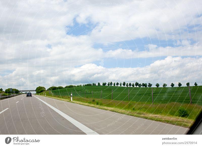 Autobahn Straße Fernstraße Asphalt Ferien & Urlaub & Reisen Reisefotografie Tourismus PKW Spuren standstreifen Horizont Ferne Himmel Himmel (Jenseits)
