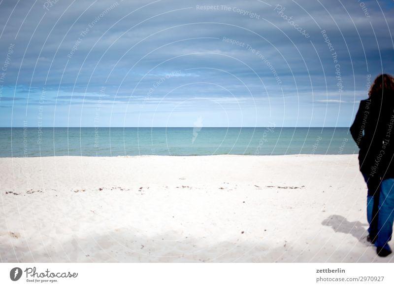 Strandspaziergang Frau Mensch Ferien & Urlaub & Reisen Natur Meer Reisefotografie Ferne Küste Tourismus Textfreiraum Sand Horizont wandern Insel Spaziergang