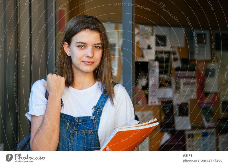 Schönes Schülermädchen am Schuleingang Lifestyle Glück schön Studium Frau Erwachsene Jugendliche brünett Lächeln stehen niedlich Teenager Mädchen Kaukasier