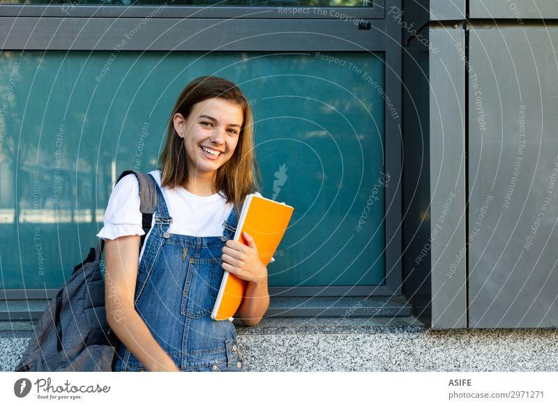 Fröhliches Schülermädchen-Porträt Lifestyle Glück schön Schule Studium Frau Erwachsene Jugendliche brünett Lächeln lachen stehen niedlich blau Teenager Mädchen