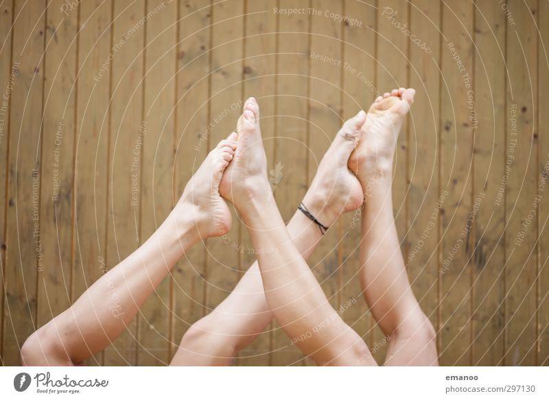Fussspiel Mensch Frau Jugendliche schön Freude Erholung Erwachsene Sport feminin Spielen Bewegung Beine Gesundheit Fuß Freundschaft liegen
