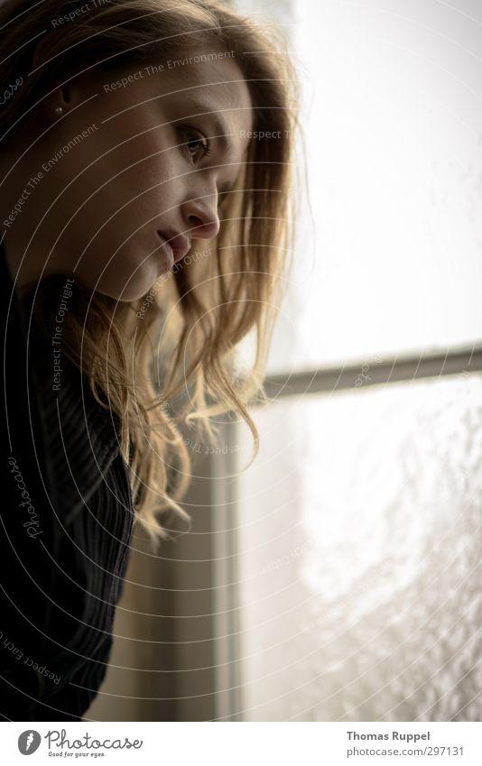 Rausschauen Mensch feminin Junge Frau Jugendliche Erwachsene 1 18-30 Jahre Fenster Glasscheibe Mantel Stoff brünett langhaarig Locken beobachten Blick