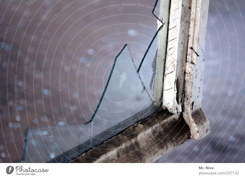 zahn der zeit Gebäude Fenster alt dreckig kaputt Scherbe Glas Glasscheibe Fensterscheibe Fensterrahmen Scharfer Gegenstand Holz Ruine Verfall durchsichtig