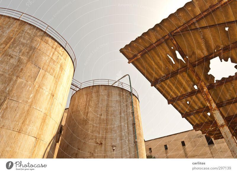 alt, schief und kaputt .... Wolkenloser Himmel Sommer Wärme Industrieanlage Fabrik Bauwerk Fassade Dach Silo Tank Speicher Wellblech Treppengeländer 2 hoch rund