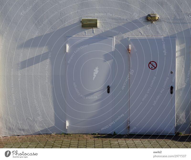 Brandschutz Mauer Wand Fassade Tür Zeichen Schilder & Markierungen Hinweisschild Warnschild Stadt Neigung Farbfoto Gedeckte Farben Außenaufnahme Detailaufnahme