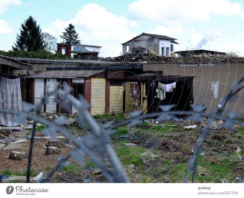 Die neue Freiheit Skyline Haus Einfamilienhaus Ruine Armut trist Neid chaotisch Gesellschaft (Soziologie) Krise Verfall Häusliches Leben Zerstörung Stacheldraht