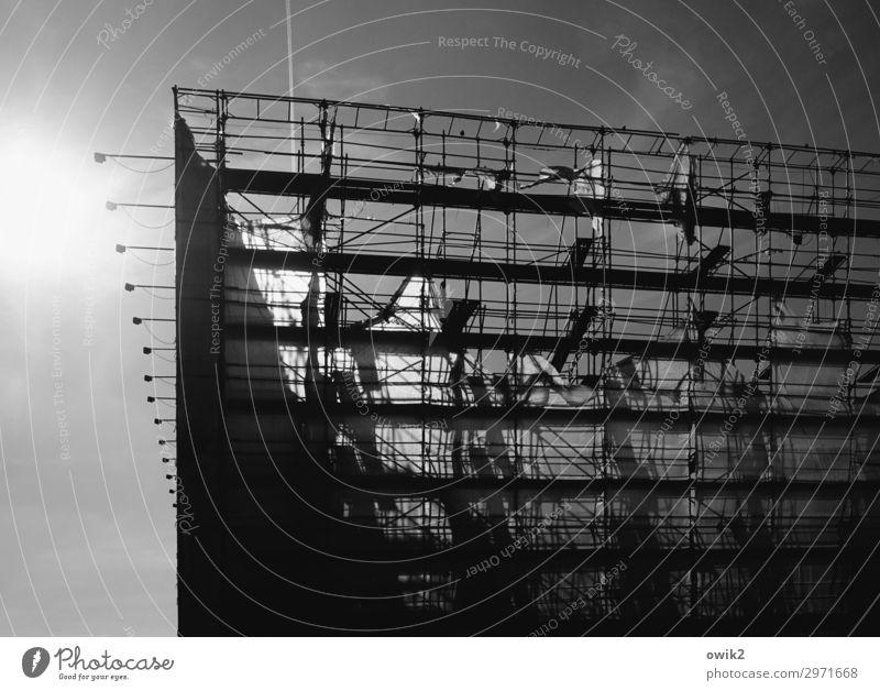 Berlin-Mitte Himmel Wolken Sonne Haus Hochhaus Bauwerk Gebäude Architektur Baugerüst Gerüst Abdeckung leuchten fest Stadt geduldig Baustelle Schwarzweißfoto