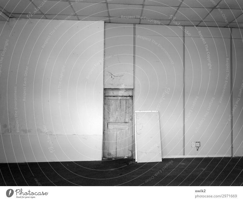 Bezugsfertig Wand Mauer Raum Tür trist leer Steckdose Leerstand
