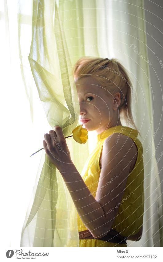 Frühlingserwachen Mensch feminin Junge Frau Jugendliche 1 18-30 Jahre Erwachsene Blume Tulpe Blüte Fenster blond schön gelb Gefühle Liebe Verliebtheit Romantik