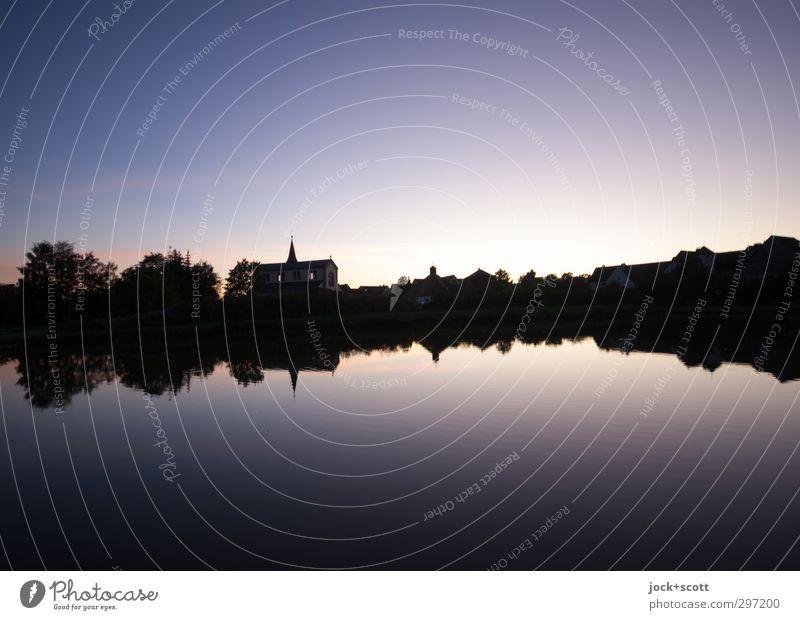Abendhimmel Karpfenteich Wolkenloser Himmel Horizont Sommer Teich Kirche leuchten fantastisch Idylle Surrealismus Symmetrie Illusion Naturphänomene abstrakt