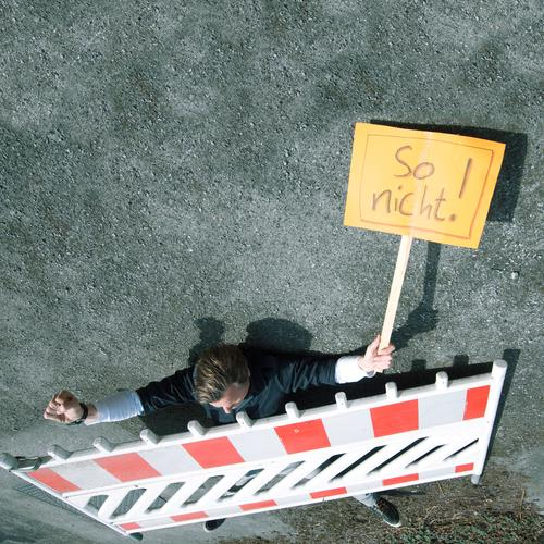 1. mai Mensch maskulin 30-45 Jahre Erwachsene Papier Zeichen Schriftzeichen Schilder & Markierungen sprechen gegen Demonstration demonstrant Meinung Demokratie
