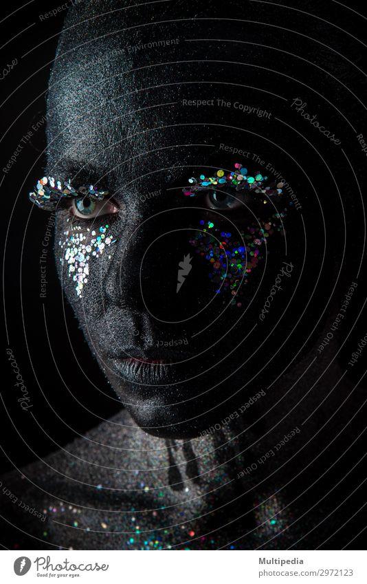 Mädchen in schwarzem Make-up mit Glitzern Körper Gesicht Schminke Frau Erwachsene Kunst Mode glänzend dunkel Erotik hell niedlich bizarr Farbe Kreativität