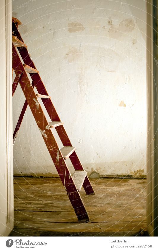 Halbe Stehleiter Altbau Arbeit & Erwerbstätigkeit Baustelle Handwerker Haus Leiter Maler Anstreicher Mauer Mehrfamilienhaus Menschenleer Stadthaus Renovieren