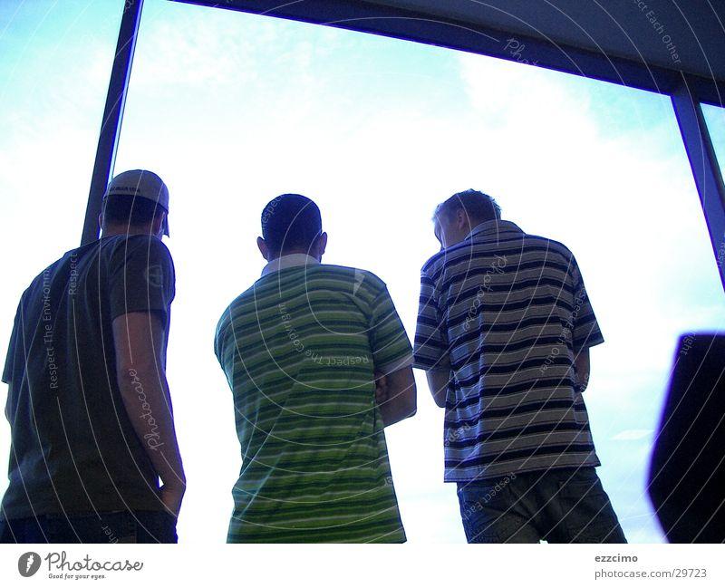 waiting friends Fenster Menschengruppe Freundschaft warten Suche Rücken Flughafen rückwärts