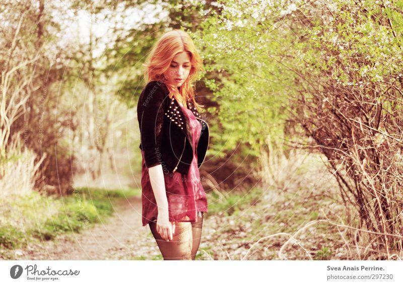 sonnenschein. Mensch Natur Jugendliche schön Junge Frau Gesicht Erwachsene feminin Haare & Frisuren 18-30 Jahre Kopf Mode natürlich Schönes Wetter Sträucher Jacke